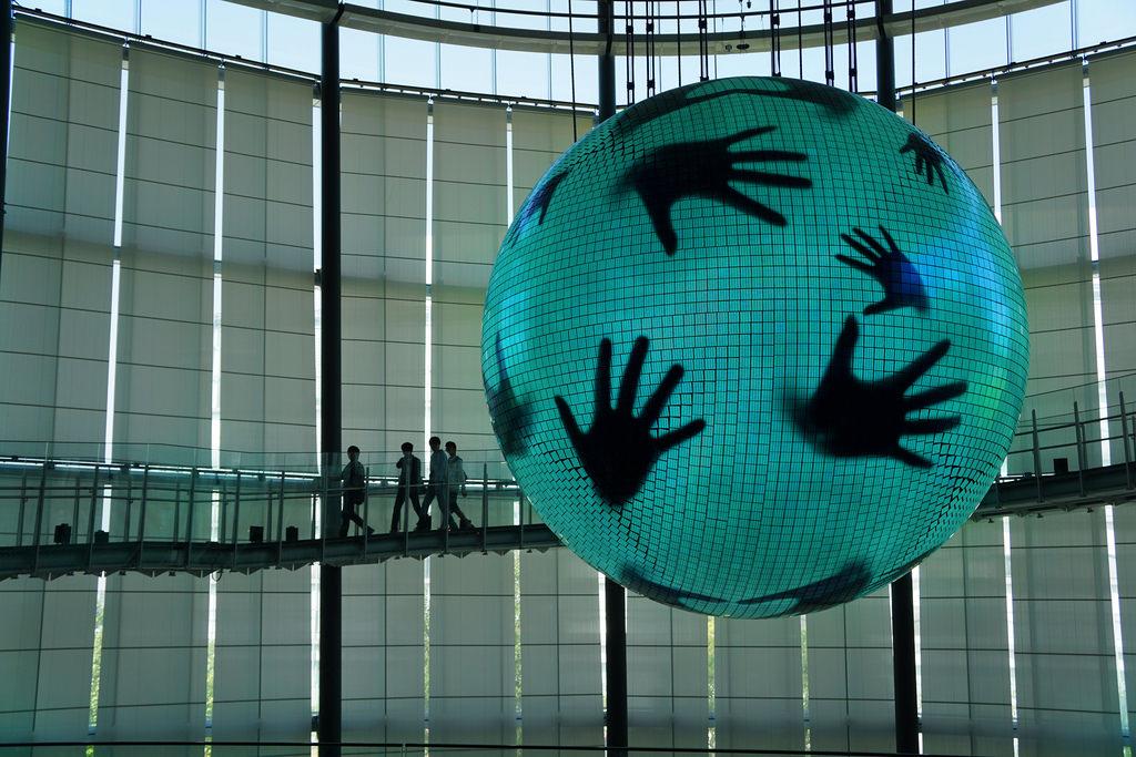 Chiếc đèn OLED lớn nhất thế giới