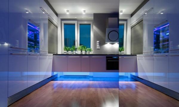 hệ thống đèn led được gắn dưới chân tủ kệ bếp