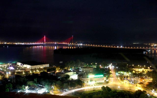 Dàn đèn LED 30 tỉ tực rỡ trên cầu Cần Thơ