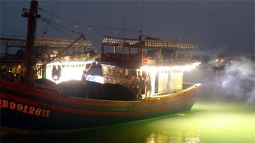 Hệ thống đèn LED giúp tăng năng suất đánh bắt cá cho ngư dân Việt Nam