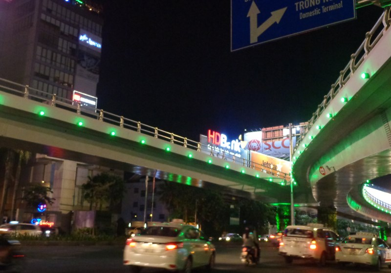 Đèn LED hoa lệ trên đường Trường Sơn