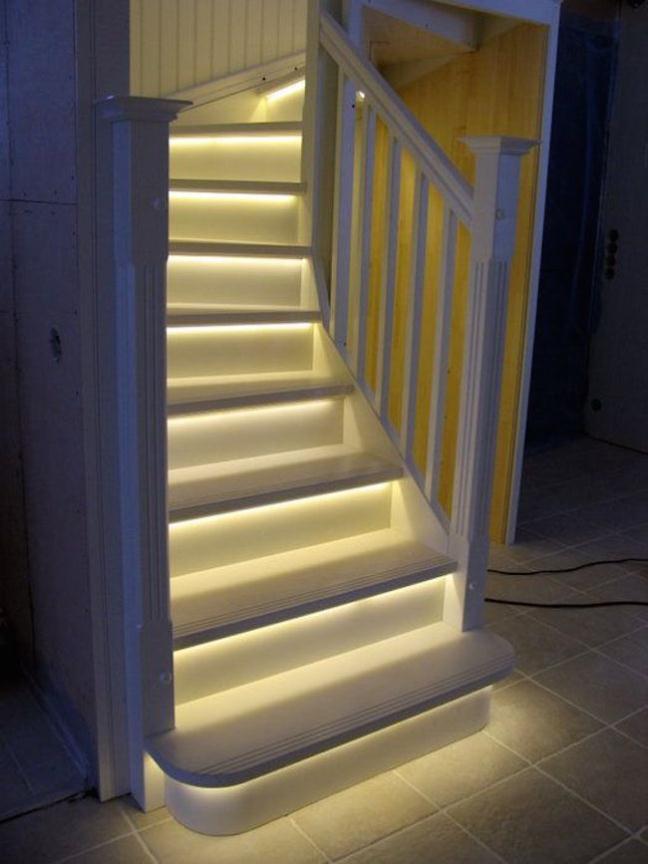 Trang trí đèn LED lên cầu thang và bạn không còn nhận ra chúng nữa